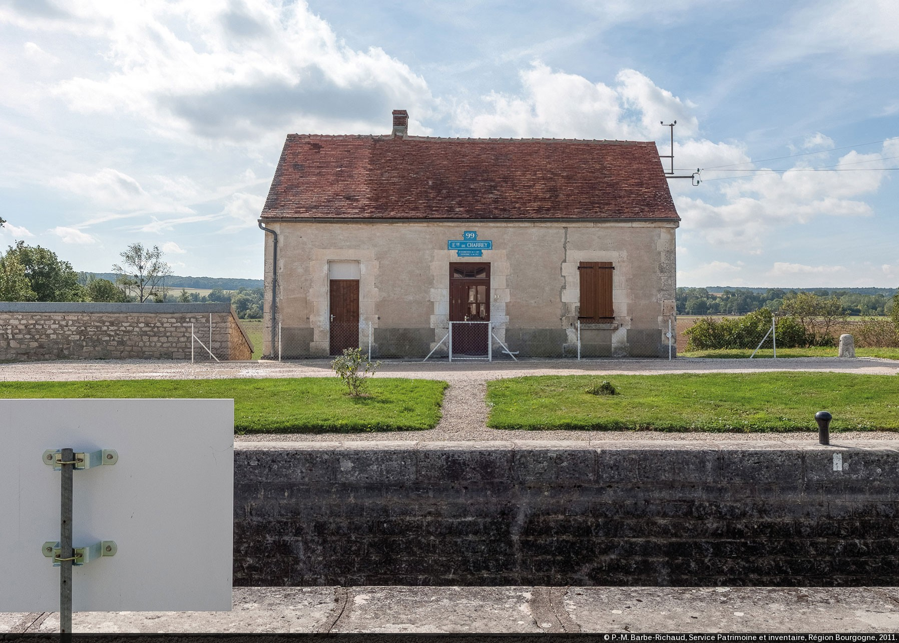 Canaux de Bourgogne : Curiosités sur la maison 99 du versant Yonne